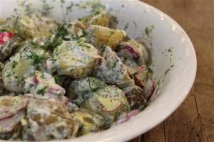 aardappelsalade met radijsjes en rode ui.