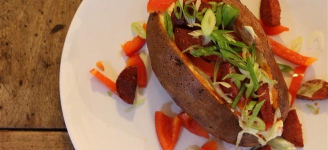 gepofte zoete aardappel met chorizo en paprika