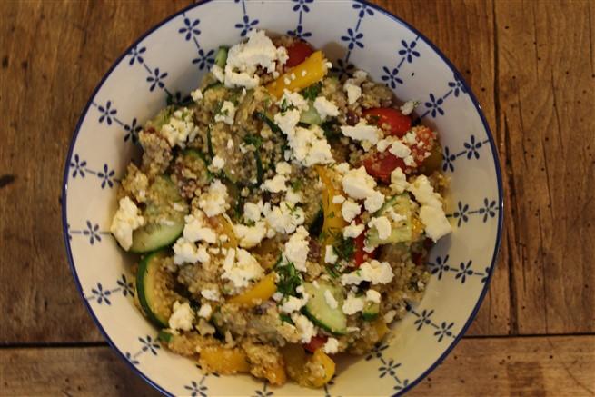 griekse quinoa salade met gegrilde groenten, feta en dille