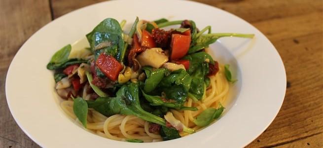 rommelige spaghetti met spinazie en tomaten
