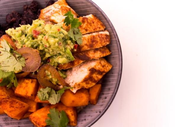 bowl met rijst, zoete aardappel en kip