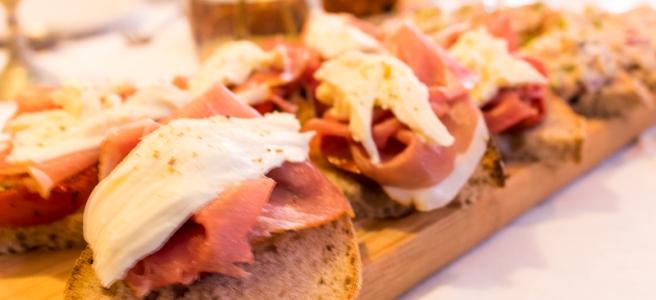 sandwich met tomaatjes mozarrella en ham