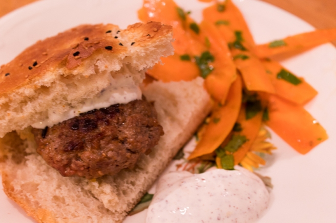 marokkaanse hamburger met wortelsalade en yoghurtsaus