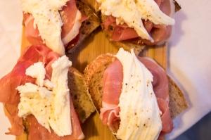 sandwich met tomaatjes mozzarella en ham