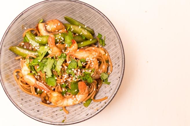 soba noodles met gamba's, sugarsnaps en champignons