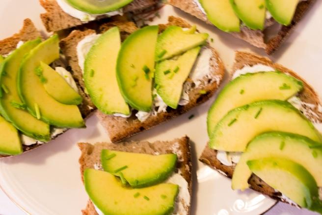 sandwich met bieslookcreme en avocado