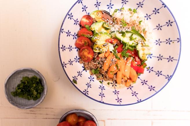 bowl met gehakt en verse groenten