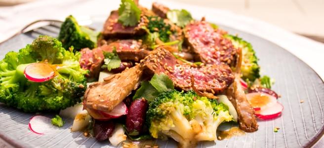 salade van paksoi met in japanse stijl gemarineerde biefstuk