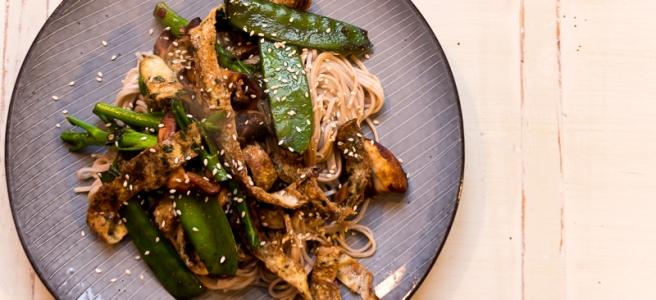 noodles met champignons en omelet